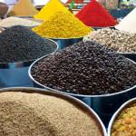 Koření na trhu hraje všemi barvami
