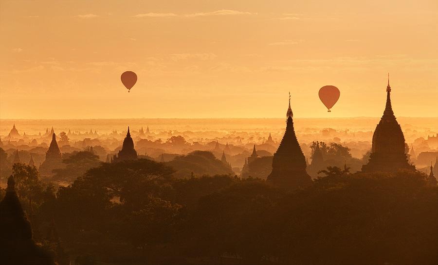 Bagan s horkovzdušnými balony při východu slunce