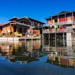 Vesnice na jezeře Inle a její typické domky na kuřích nožkách