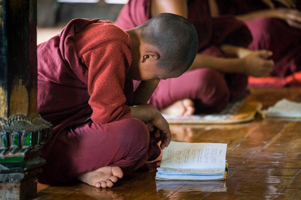 Mladý mnich studující v klášteře