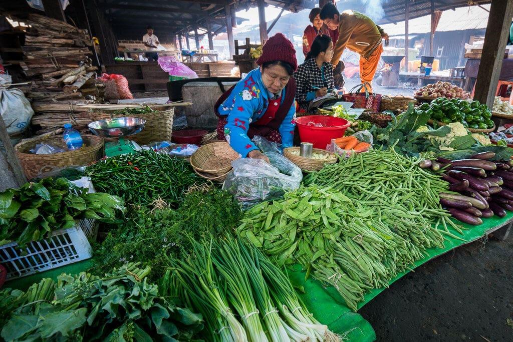 Prodavačka zeleniny na trhu