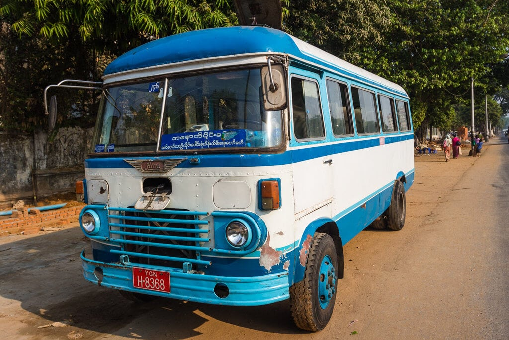 Starý autobus v Yangonu