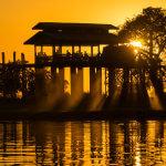 Nejdelší teakový most U-Bein ve městě Amarapura při západu slunce