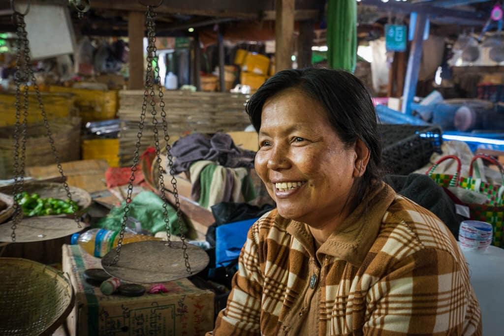 Prodavačka na trhu v Hsipaw