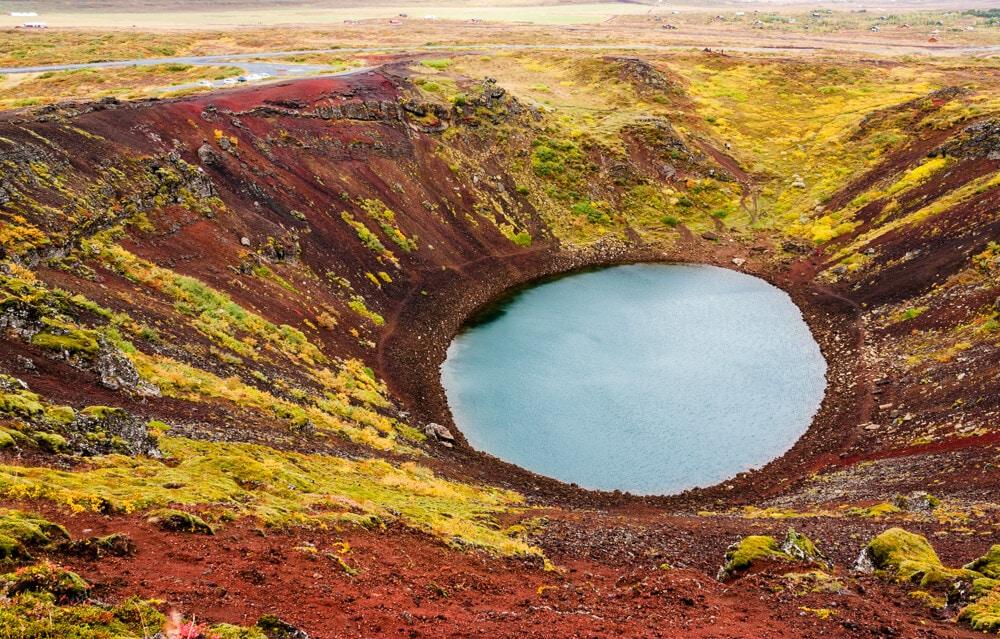 Sopečný kráter Kerid plný barev.