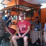 Pozvání na pivo v autobuse a noční piknik na silnici