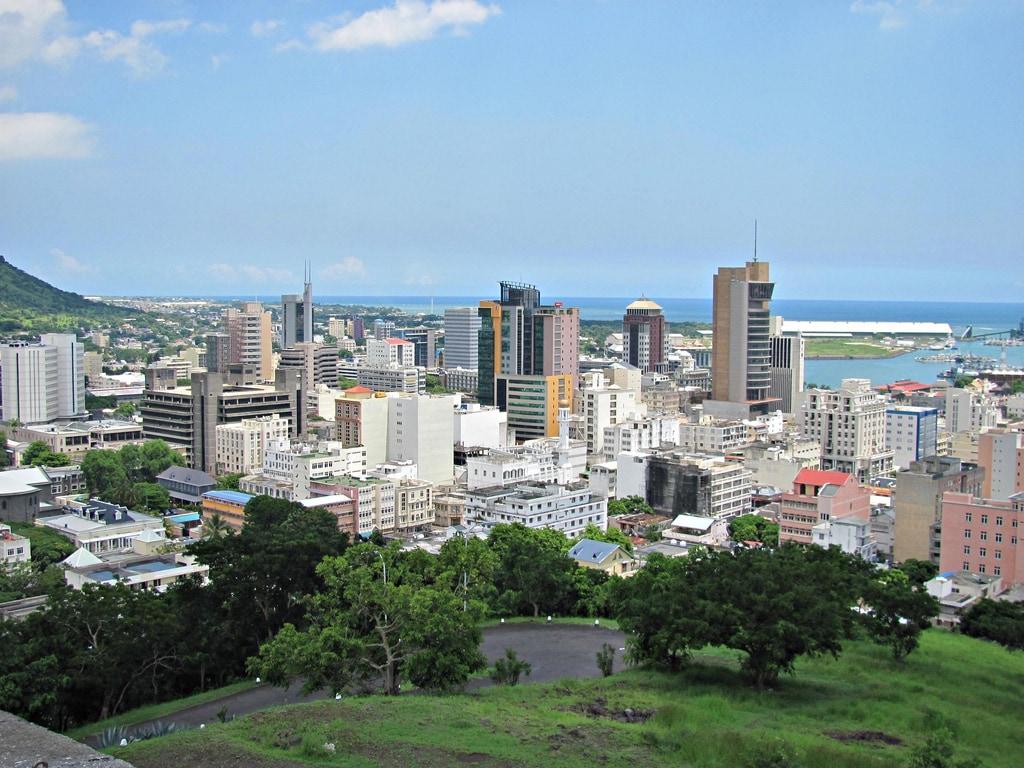 Port Louis z dálky vypadá na vcelku moderní město