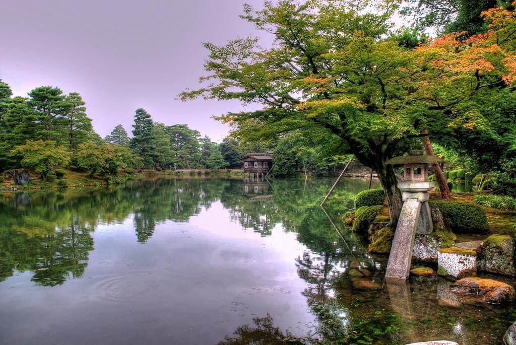 """Japonci hrdě počítají mez své tři nejkrásnější zahrady Kóraku-en, Kairaku-en a náš Kenroku-en, který navštívíme (<a href=""""https://www.flickr.com/photos/freakland/5413255901"""" target=""""_blank"""">Kenroku-en Kanazawa</a> od <a href=""""https://www.flickr.com/photos/freakland/"""" target=""""_blank"""">David Sanz</a> / <a href=""""https://creativecommons.org/licenses/by/2.0/"""" target=""""_blank"""">CC BY 2.0</a>)"""