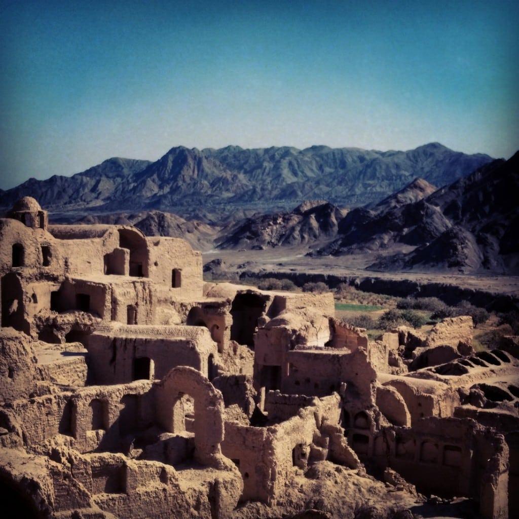 Pozůstatky staré vesnice ulepené z hlíny, blízko Yazdu