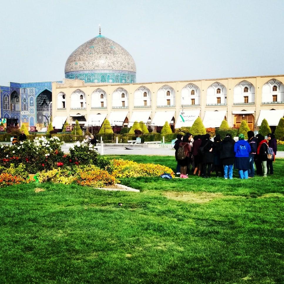 studenti fotografie na hlavním náměstí v Esfahánu