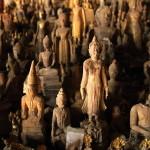 Jeskyně Pak Ou se stovkami dřevěných sošek