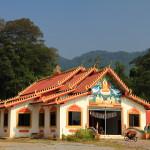 Chrám na kraji džungle ve vesnici Ban Namin