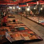 Noční market ve městě Luang Prabang - zřejmě nejhezčí tržnice celé Asie