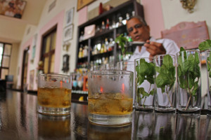 "Máty tedy Kubánci nedostatek nemají (<a href=""https://www.flickr.com/photos/crawfordorthodontics/7346142160"" target=""_blank"">Mojitos and Rum at Hotel Nacional</a> od <a href=""https://www.flickr.com/photos/crawfordorthodontics/"" target=""_blank"">crawford orthodontics</a> / <a href=""https://creativecommons.org/licenses/by/2.0/"" target=""_blank"">CC BY 2.0</a>)"