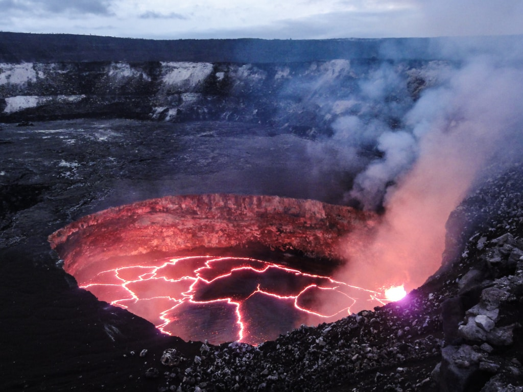 "Kráter sopky Kilauea (<a href=""https://www.flickr.com/photos/usgeologicalsurvey/12792432484/in/photolist-4FGh5K-kuqyuL-o9GcJT-oBg7vh-uncxqH-8WZVM-4FGgXk-4FGgP2-dbFcck-4Fz5tm-r17fuV-4FGhfT-4FLsxQ-4sz3mB-bcVuzM-9nD3jc-9nG68j-9nD43g-9nG43j-9nD2Uc-9nG6gb-psKEQw-9nCZHz-9nG2yL-9nFZSS-9nD15B-9nCZoM-9nG1cJ-9nG2rJ-9nG16A-9nD1ni-9nCYY8-9nG1Lf-dwDcBC-nSfdRx-9fJUZo-9fJRyu-9nD2y4-4sD6Yo-o9HF3P-EqGhf-a999dR-EqD4D-EqCXB-EqDZJ-EqK71-EqzNH-EqxRA-4AV1fc-4syZj4"" target=""_blank"">Kilauea Lava lake</a> od <a href=""https://www.flickr.com/photos/usgeologicalsurvey/"" target=""_blank"">U.S. Geological Survey</a> / <a href=""https://creativecommons.org/licenses/by/2.0/"" target=""_blank"">CC BY 2.0</a>)"