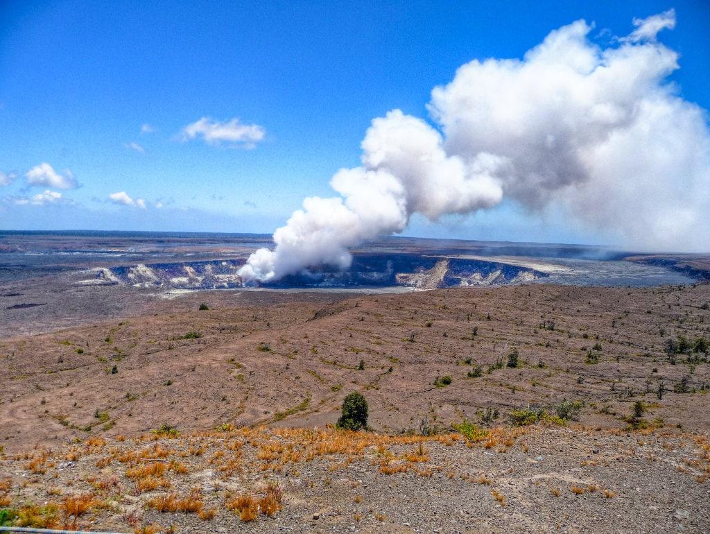 "Náhorní plošina národního parku Volcanoes (<a href=""https://www.flickr.com/photos/madebymark/2917736721/in/photolist-5rQatx-88eCnX-4JwdKv-6RJhA-7TNzSD-9v7CHV-4ABvna-4ABvuv-6DxHNt-4ABvpB-7pHFW-7UUh4u-7UR2wr-7UR21K-7UUgUA-7UR2Wr-7UR24K-7UUgYE-7UR2Yi-7UR2PR-7UR2aP-7UR2B8-6DBRyN-9MHo2v-bXj2ws-dL9jYu-kZKCj8-7pPA4-bXiYMf-7TRNNw-9avNKp-iK4crn-4ABufM-4AFK13-4ABtwT-4AFKEN-4AFK4q-4ABvqr-4ABtBn-4AFKJ9-4ABtGB-4AFK8y-4AFK5w-4ABvwn-4AFK27-6JW7Ct-9Ujww8-bXi6TC-bXimjQ-bVVQBy"" target=""_blank"">Hawaii - Volcanoes National Park</a> od <a href=""https://www.flickr.com/photos/madebymark/"" target=""_blank"">Mark McElroy</a> / <a href=""https://creativecommons.org/licenses/by/2.0/"" target=""_blank"">CC BY 2.0</a>)"