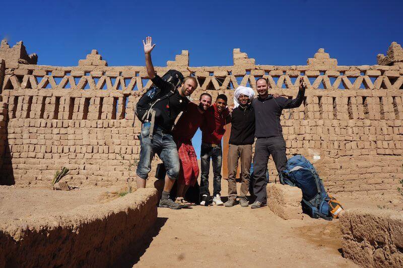 Johnny s Jurkem a jejich marockými kamarády na okraji Sahary