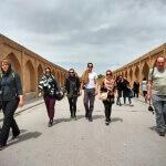A TEAM kráčí přes most na řece Zajandeh - Esfahán - Expedice Írán 2016