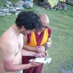Konzultace treku v Malém Tibetu s místním mnichem