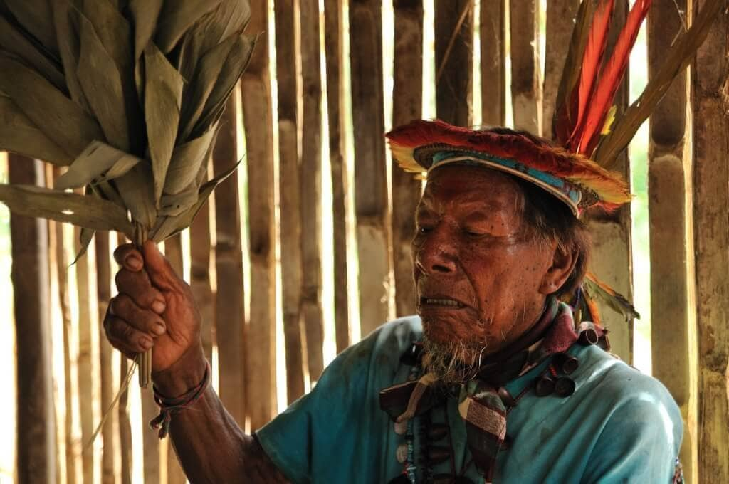 Šaman nám všechno špatné nejen zhlavy vykouří