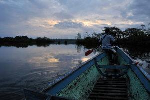 Ranní plavba na kánoi vsrdci Amazonie