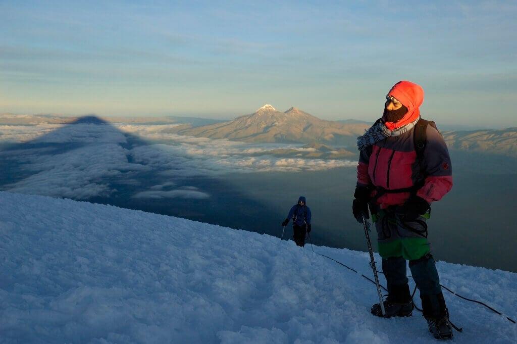Vteřiny po dosažení vrcholu Cotopaxi. Vpozadí Ilinizas.