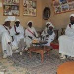 Také si dáme čaj s africkými hudebníky z kapely Gnaoua, kteří žijí v osadě poblíž Merzougy