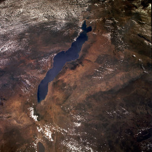 "Jezero Malawi z Hubbleova teleskopu (<a href=""https://www.flickr.com/photos/nasahubble/27410005594/in/album-72157670398668506/"" target=""_blank"">Lake Malawi</a> od <a href=""https://www.flickr.com/photos/nasahubble/albums/72157670398668506"" target=""_blank"">NASA Hubble Service Mission</a> / <a href=""https://creativecommons.org/licenses/by/2.0/"" target=""_blank"">CC BY 2.0</a>)"
