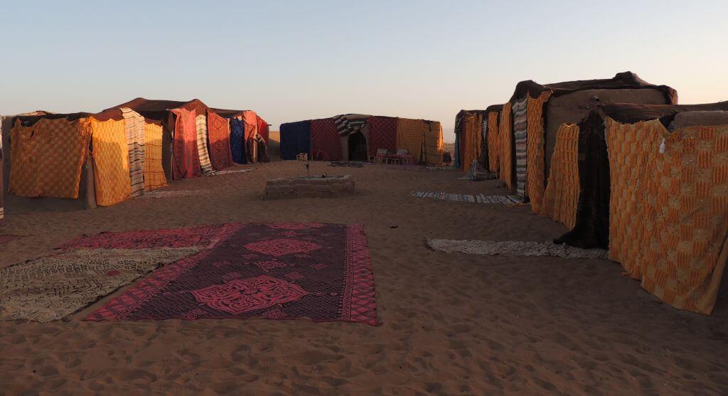 Spaní ve stanech na Sahaře