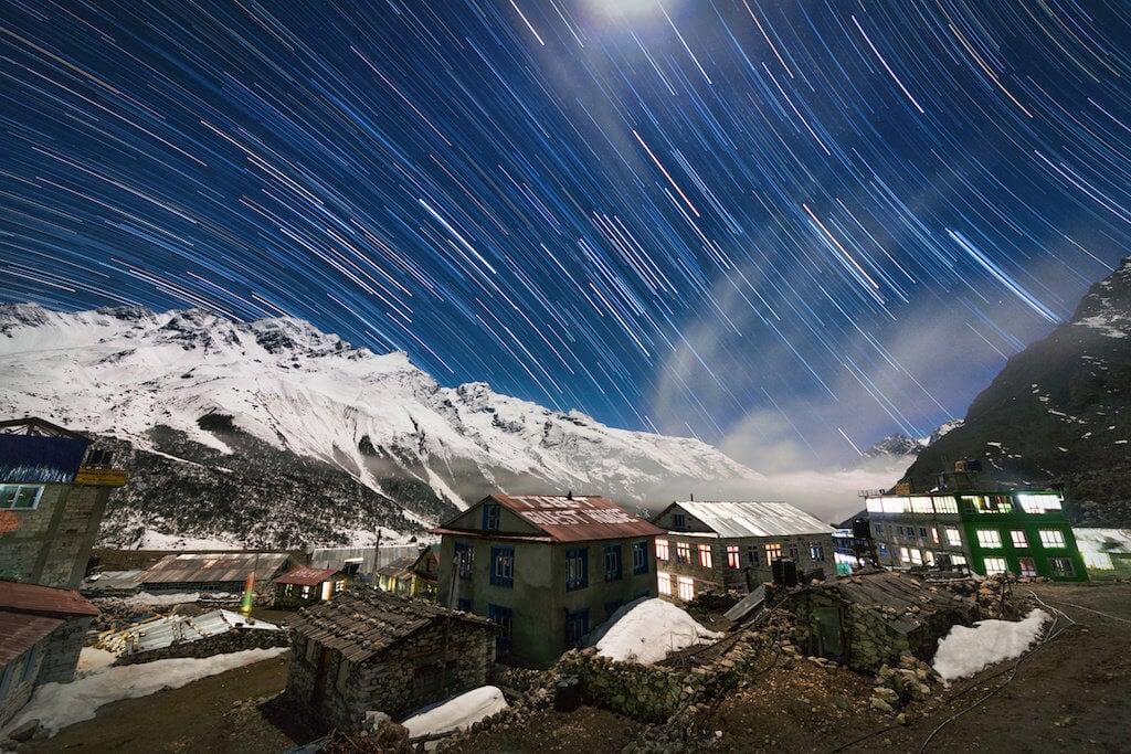 Hvězdná obloha nad vesnicí Kyanjin Gompa