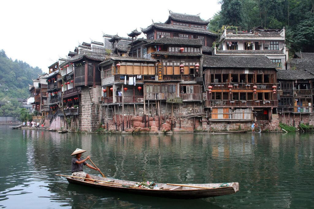 "Turisticky oblíbený Fenghuang (<a href=""https://www.flickr.com/photos/45340412@N06/4425797752/"" target=""_blank"">Fenghuang</a> od <a href=""https://www.flickr.com/photos/45340412@N06/4425797752/"" target=""_blank"">HopeHill</a> / <a href=""https://creativecommons.org/licenses/by/2.0/"" target=""_blank"">CC BY 2.0</a>)"