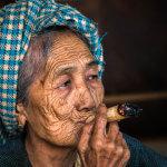 Stará barmská babička kouřící doutník