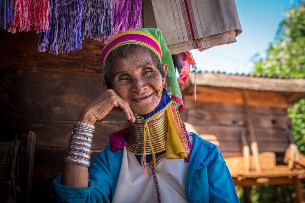 """Babička z """"dlouhokrkého"""" kmene Padaung"""