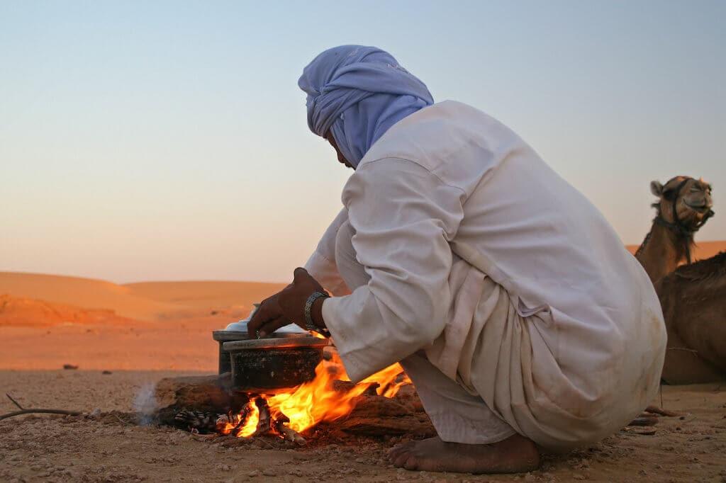 Beduín připravující naši večeři