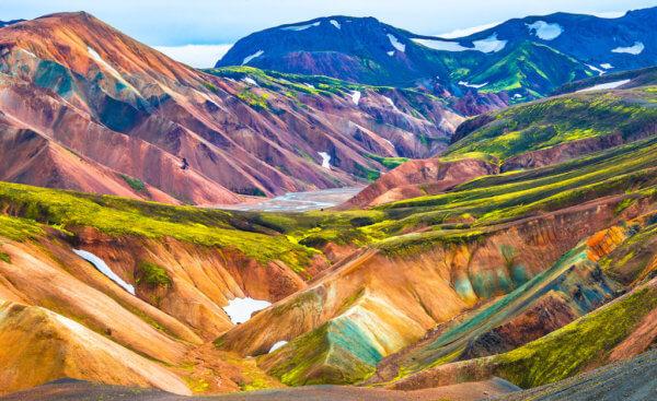 Vulkanické hory u Landmannalauru hrají všemi barvami