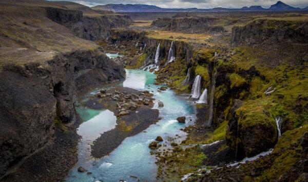 Kaňon plný vodopádů v Highlands