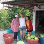 S prodavačkami pomela v Thajsku