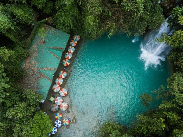 Osvěžující vody krasové řeky u Kawasan falls