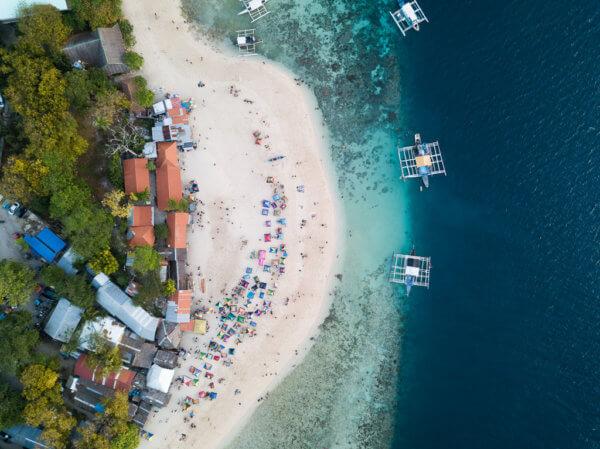 Bílá pláž je velmi oblíbená na víkendové pikniky zejména místními