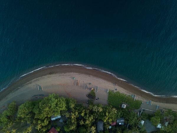 Černé vulkanické pláže městečka Dauin na ostrově Negros