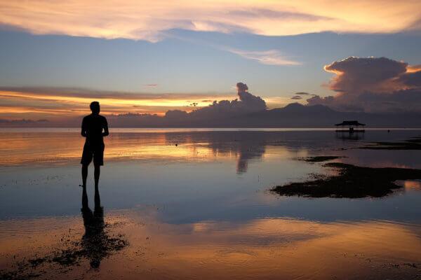 Díky všudypřítomným ostrovům Slunce téměř vždy zapadá za pevninou, a tak je každý podvečer kolem šesté hodiny unikátní