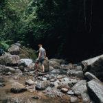 Některé cesty k vodopádům jsou trochu dobrodružné, ale tak alespoň se při brodění řeky trochu osvěžíme