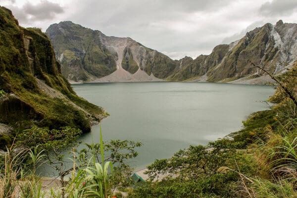 Sopka Pinatubo zanechala po monstrózním výbuchu v roce 1991 toto překrásné kráterové jezero