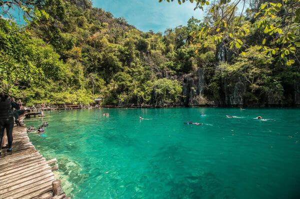 Osvěžující voda ve stínu vápencových pahorků není jen doména Vietnamu či Thajska, ale i Filipín