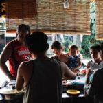 Typické místní vývařovny tzv. eatery. Stačí se naklonit nad hrnec, pozvednout pokličku a objednat si například velmi oblíbenou polévku z mungo fazolek, čínské knedlíčky, fazolový salát s dýní a kuřecí stehno.
