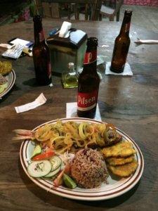 Tradiční večeře - ryba, rýže, fazole a zelenina