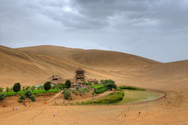 Dunhuang a oáza s jezerem půlměsíce (foto: Iwtt93 | CC 2.0)