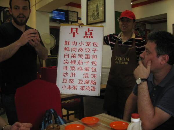 Představování snídaňového menu (foto: Katka Randyšová)