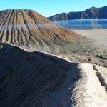 Cesta podél vrcholu kráteru sopky Mt. Bromo