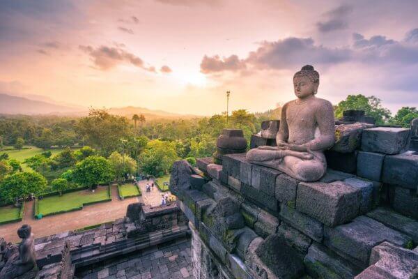 Jedna z více než 500 soch buddhy v chrámu Borobudur